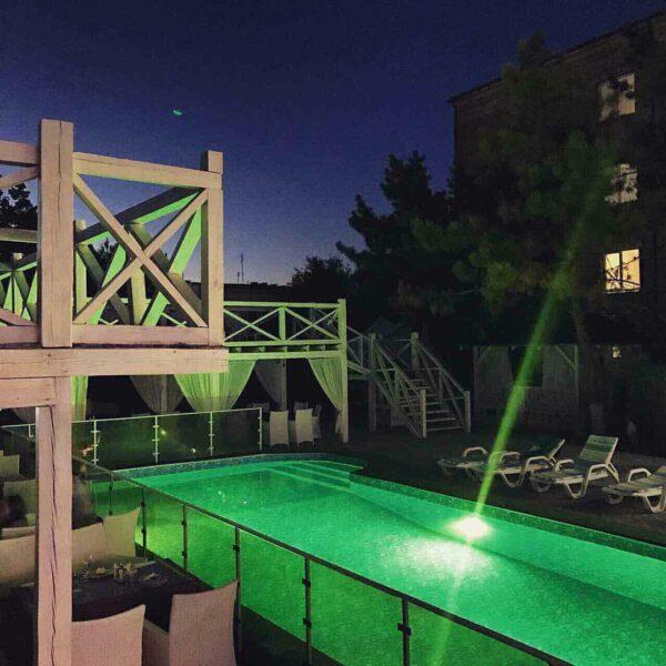 бассейн в ночное время
